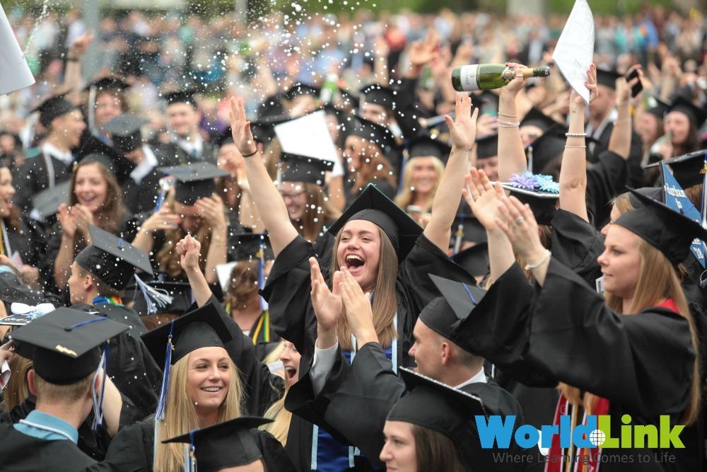 Các tân cử nhân UNH vui mừng tốt nghiệp 2015